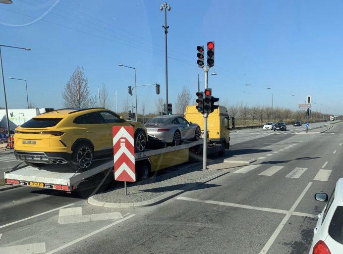 Dagens spot, Jeres spot med en Lamborghini Urus og Porsche 911 på vej til nye kunder