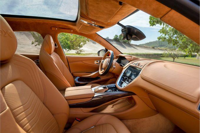 Aston Martin DBX, bag rattet