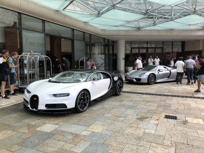 Bugatti Chiron og en Porsche 918 Spyder ved Hotel Fairmont i Monaco
