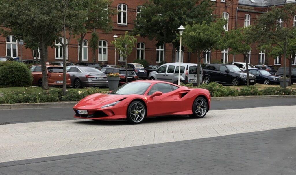 Sommerferien går til Sylt, Ferrari F8
